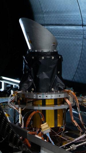 Testovací exemplář kamery teleskopu Plato ke strukturálním a tepelným zkouškám vyfocený v simulátoru kosmického prostředí.
