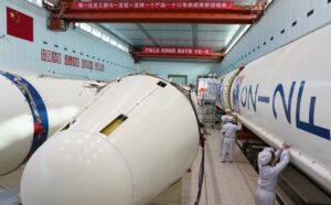 Příprava rakety Dlouhý pochod 2F pro vynesení pilotované kosmické lodě.