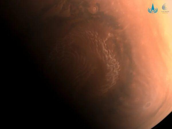 Barevný snímek Marsu z kamery se středním rozlišením od sondy Tianwen-1