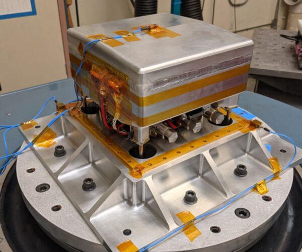 Pohonný systém CubeSatu CAPSTONE během testování.