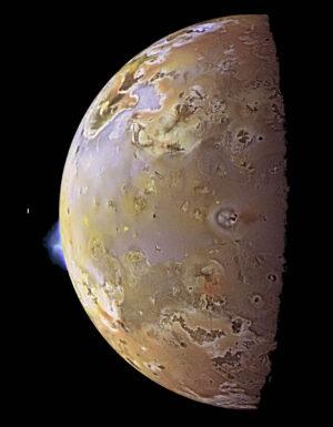 Sonda Galileo pořídila v červenci 1999 snímky Io s nejvyšším rozlišením. Mozaika je složena z fotek přes blízké infračervené, zelené a fialové flitry - barva proto odpovídá tomu, co by vidělo lidské oko.