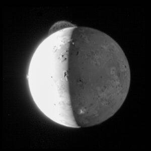 Sonda New Horizons zachytila v únoru 2007 působivý snímek 290 kilometrů vysokého výtrysku z oblasti Tvashtar . Snímek připomíná fotografie ze sond Voyager, které v roce 1979 zachytily podobné jevy od tamní sopky Pele. Sonda IVO by se k měsíci Io dostala ještě blíže.