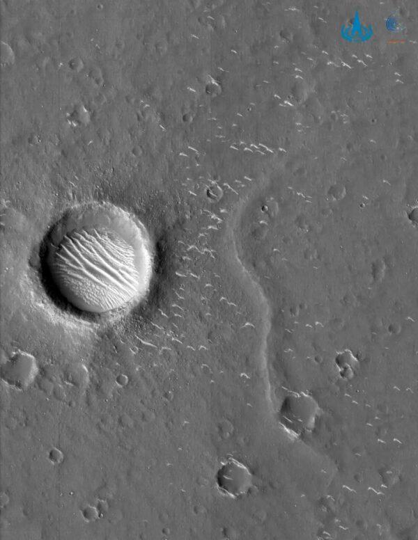 Monochromatický snímek z kamery s vysokým rozlišením vznikl ve výšce 350 kilometrů a má rozlišení 0,7 metru. Měřítkem může být kráter, jehož průměr je 620 metrů.