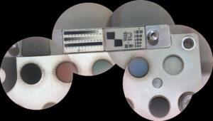 Snímač RMI (Remote Micro-Imager) přístroje SuperCam nasnímal pět fotek kalibračního terče přístroje SuperCam, který se nachází na těle roveru Perseverance. Fotky pak byly složeny do této mozaiky.