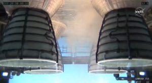 Pohled ze západní kamery během testu Green Run, 18. března 2021. Vpravo v popředí motor č. 1, vlevo v popředí motor č. 2, vlevo v pozadí motor č. 3, vpravo v pozadí motor č. 4. Ve vztahu k budoucí konfiguraci SLS je kamera umístěna v místě, kde se během ostrého startu bude nacházet levý SRB.