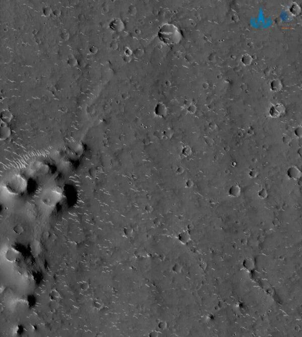 Monochromatický snímek z kamery s vysokým rozlišením vznikl ve výšce 350 kilometrů a má rozlišení 0,7 metru.