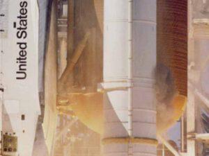 Obláček kouře u boosterů SRB raketoplánu Challenger