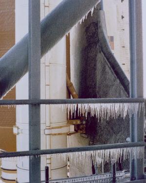Led na startovní rampě před startem Challengeru