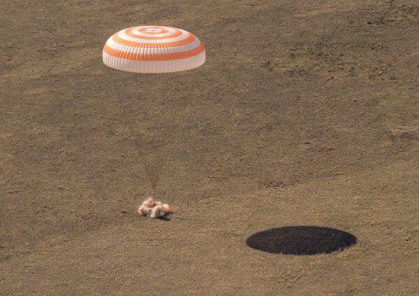 Přistání návratové kabiny Sojuzu MS-17