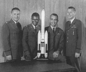 Třetí skupina pilotů MOL: (zleva) Herres, Lawrence, Peterson, Abrahamson
