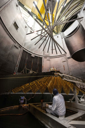 Fotografie zachycuje cvičné rozkládání panelů sondy Lucy i odlehčovací konstrukci.