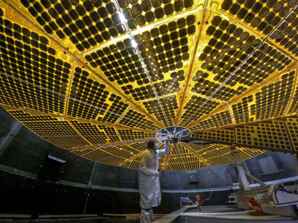 Jeden ze dvou rozkládacích fotovoltaických panelů sondy Lucy.