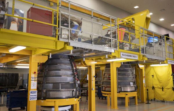 Motory RS-25 výrobních čísel 2057 a 2054 pro Artemis 3, březen 2021