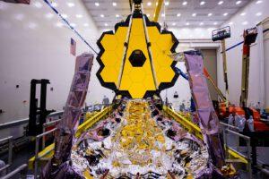 Pohled na složenou sluneční clonu dalekohledu Jamese Webba
