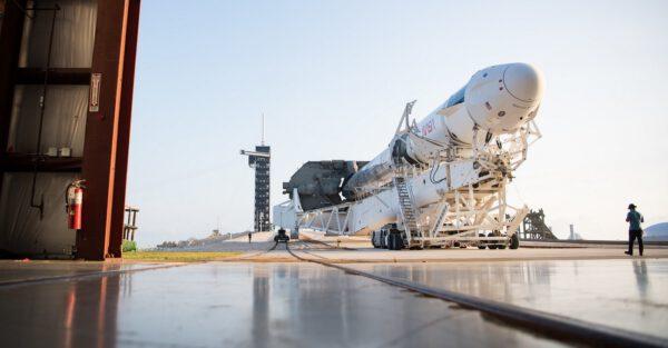 Výjezd sestavy Falconu 9 s lodí Crew Drahon