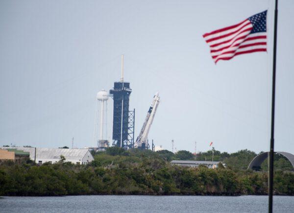 Vztyčování Falconu 9 na rampě 39A