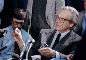 Feynman při pokusu s o-kroužkem v průběhu veřejného zasedání komise