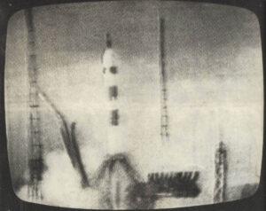 Sojuz 3 startuje. Fotografie je z dobového tisku (časopis Radar 3-4/1968): kvůli absenci kvalitních (resp. Jakýchkoliv) obrazových materiálů se často jen vyfotografovala a přetiskla televizní obrazovka