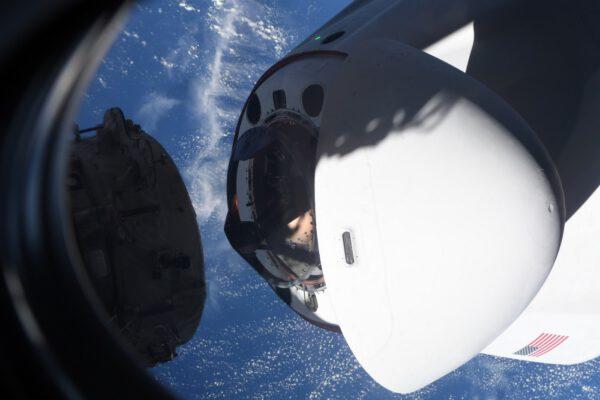 Detail dokovacího zařízení Crew Dragonu těsně před připojením