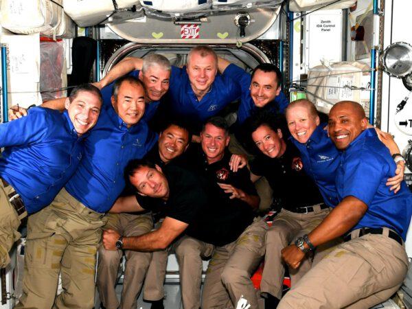 Jedenáctičlenná posádka kosmické stanice