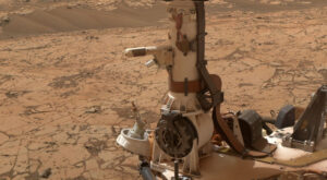 Prst se senzory přístroje MEDA na krku roveru Perseverance.