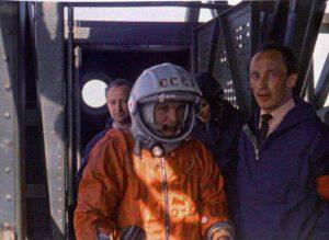 Jurij Gagarin bezprostředně před nástupem do lodi Vostok 12. dubna 1961, vpravo od něj je inženýr Oleg Ivanovskij z OKB-1