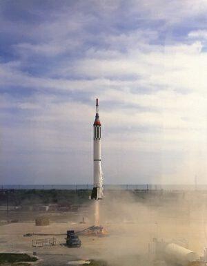 Start rakety Redstone na misi MRBD; všimněte si nezvyklého zbarvení lodi Mercury: to proto, že jde jen o hmotnostní a rozměrovou maketu