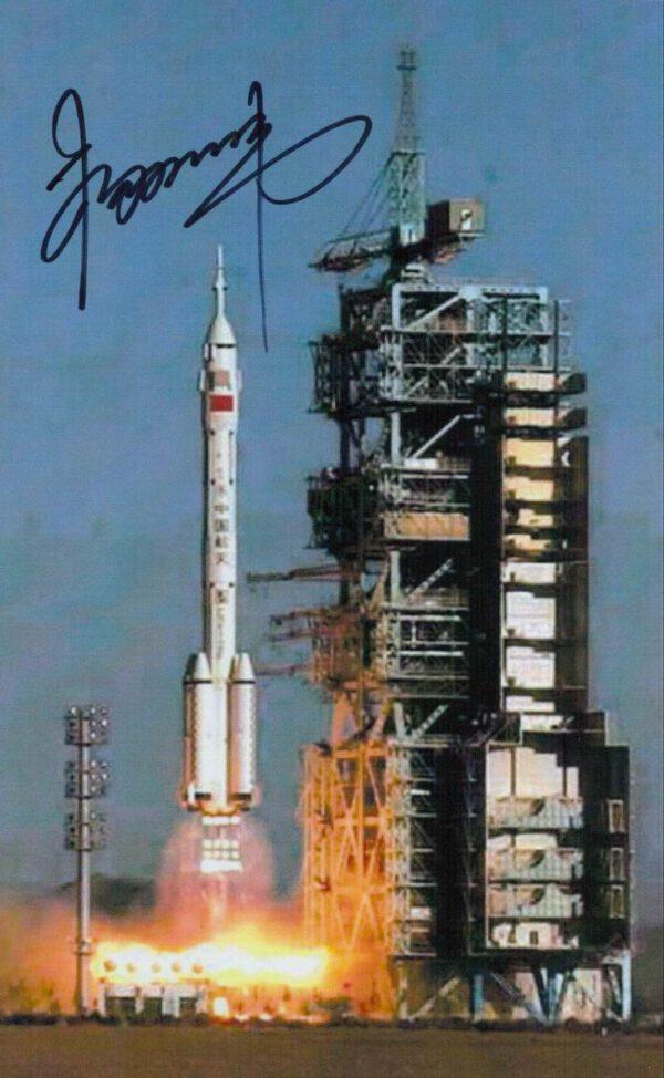 První čínský kosmonaut Yang Liwei se zvěčnil na fotografii startu rakety CZ-2F