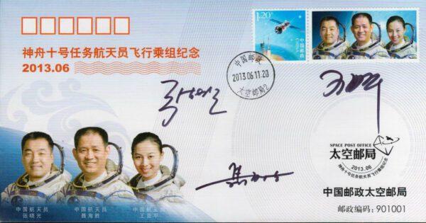 Podpisy tříčlenné posádky lodi Shenzhou 10: Nie Haisheng (dole), Zhang Xiaoguang (vlevo nahoře) a Wang Yaping (vpravo nahoře)