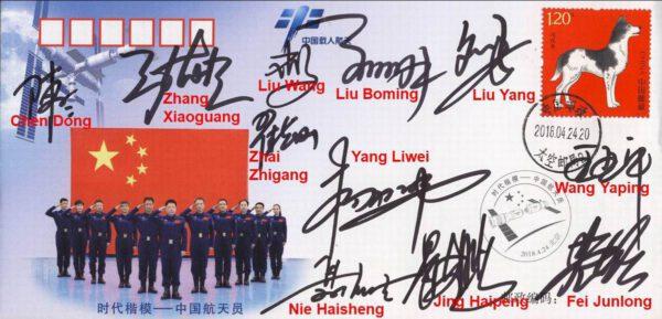 Pro snadnější orientaci přinášíme tutéž poštovní obálku doplněnou o jména jednotlivých kosmonautů