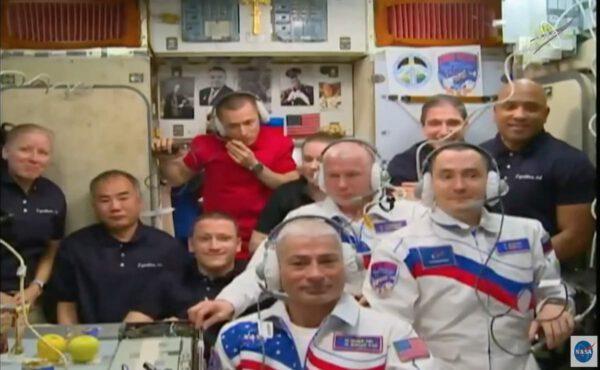 Přivátíní posádky Sojuzu MS-18 na ISS