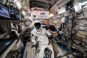 Noguchi ukazuje přetlakový oblek SpaceX