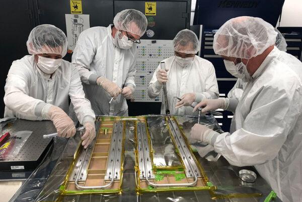 Fotografie z 12. září 2019 zachycuje pracovníky JPL během instalace teplovodných trubic na panely určené pro sondu Europa Clipper. Trubičky se postarají o tepelnou pohodu důležitých částí sondy.