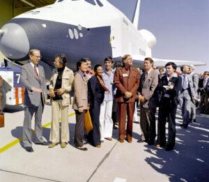 Raketoplán Enterprise sice byl oficiálně nazvaný po řadě lodí stejného jména, což ale NASA nebránilo pozvat na slavnostní roll-out herce ze seriálu Star Trek. Na snímku je s nimi tehdejší administrátor NASA James Fletcher (vlevo).