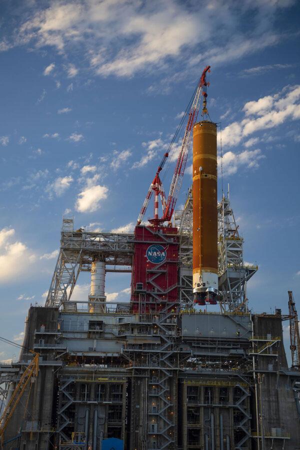 Snášení centrálního stupně rakety SLS pro misi Artemis I ze stanoviště B-2.