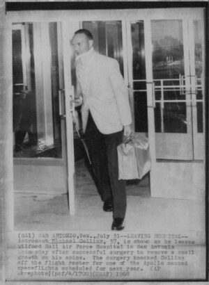 Poslední červencový den roku 1968: Mike po úspěšné operaci opouští nemocnici.