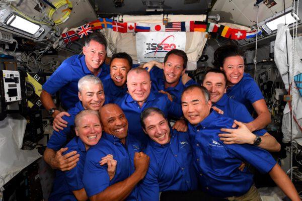 O víkendu jsme se rozloučili s posádkou Crew-1, která se vrátila na Zemi. Předtím jsme se pokusili o fotografii všech členů naší expedice – Crew-1, Crew 2 a Sojuzu MS-18. Nebylo jednoduché nás vměstnat, ale Soichi je na tohle expert. Není to rekordní počet lidí na stanici (ten tvoří 13 lidí), ale i tak je tu docela plno. Nelimituje nás nedostatek vzduchu, vody, nebo jídla, ale jako úzké hrdlo se ukazuje přítomnost pouze dvou toalet. Zdroj: flickr.com