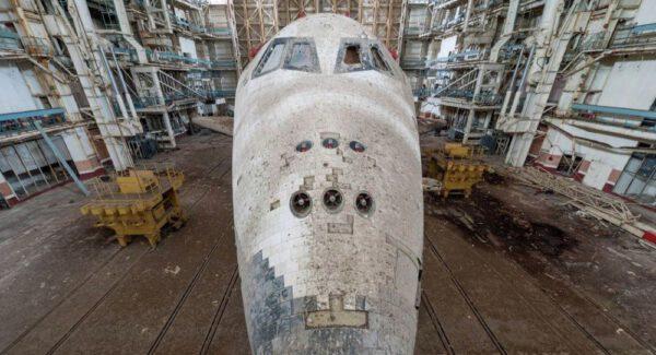 Smutný pohled na značně poničený raketoplán OK-1.02 v budově č.80.