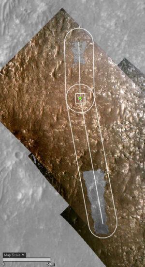 Dráha čtvrtého letu Ingenuity promítnutá na snímek pořízený kamerou HiRISE na sondě MRO.
