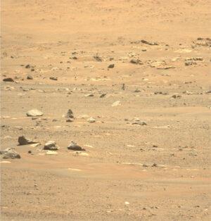 Snímek vrtulníku Ingenuity pořízený 23. května (den po šestém letu) kamerou Mastcam-Z na roveru Perseverance.