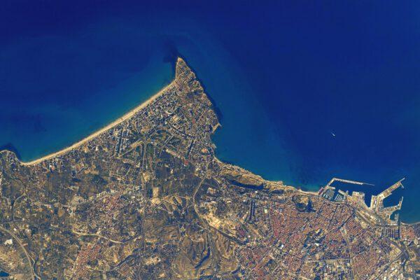 Tady máte kousek atmosféry Středomoří. Mys Cap de Horta náhle ukončí dlouhou pláž a přechází do nádherné zátoky Alicante. Pohled z pobřeží Costa Blanca západně od Baleárských ostrovů. Zdroj: flickr.com