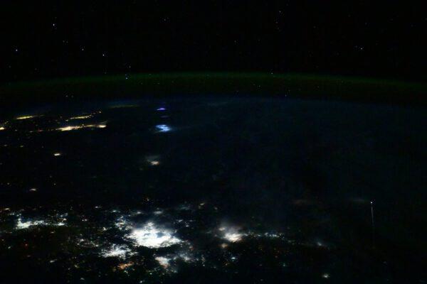Crew Dragon se vrací z ISS