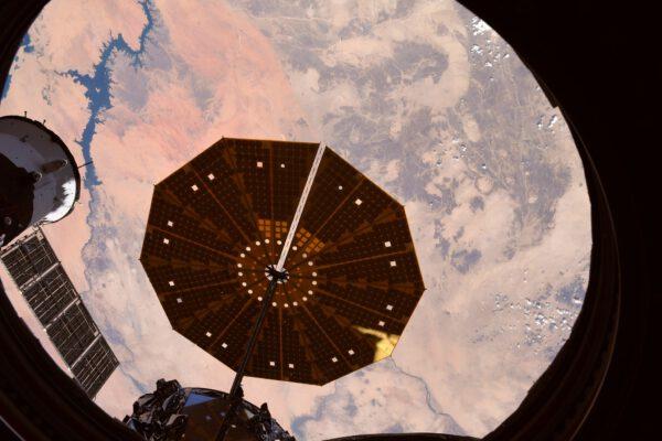 Drak a Gagarin (tedy kosmické lodi Crew Dragon a Sojuz) nejsou jedinými, které zrovna kotví u stanice. Na předchozím snímku v pozadí jsme mohli vidět taky nákladní Progress a tady je zase typický kruhový fotovoltaický panel nákladní lodi Cygus, vystupující přímo za hlavním oknem modulu Cupola. Zdroj: flickr.com