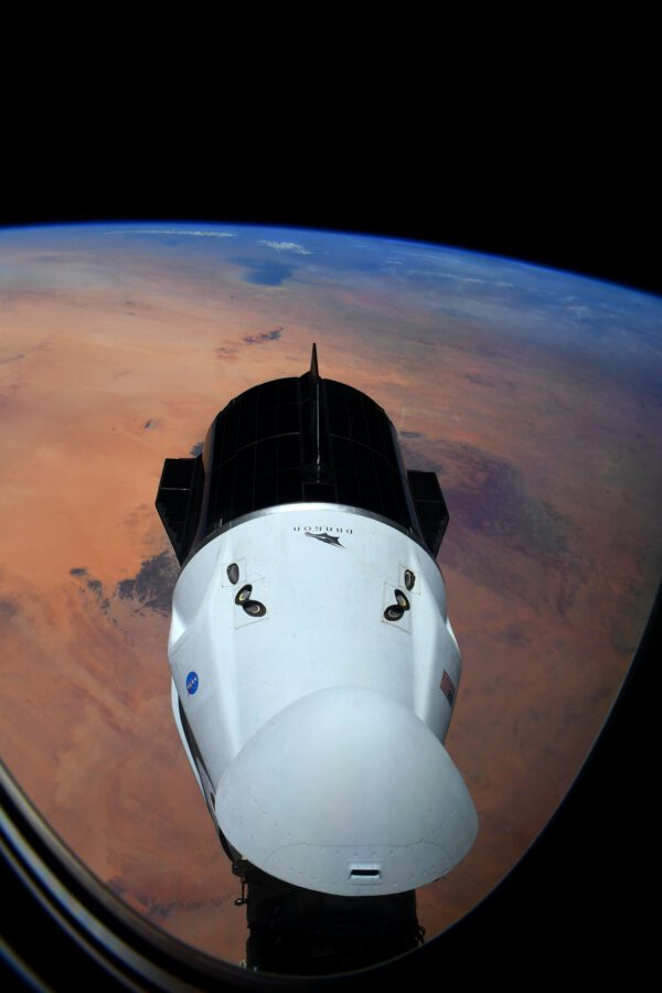 Tento pohled mi bude chybět: naše vlastní loď Endeavour, drak letící nad pouští, který nás vzal do vesmíru (on tedy není tak úplně náš, vlastně patří SpaceX a NASA, ale teď je prostě náš ;-)) A nebojte se, nezmizí! Každá posádka vzlétne a vrátí se na Zemi na palubě stejné lodi. Po dobu naší půlroční expedice kotví na kosmické stanici. Čeká na nás i pro případ, že bychom náš dočasný domov museli náhle opustit. Je to tedy zároveň kosmická loď a záchranný člun. Ne, to, co mi bude chybět, je pěkný výhled, který nám nabídla loď Resilience mise Crew-1 kotvící v portu IDA-3 směrem od Země tak, že při pohledu z jejích oken vidíte Zemi a naši loď Endeavour. Ideální pro fotografování. Zdroj: flickr.com