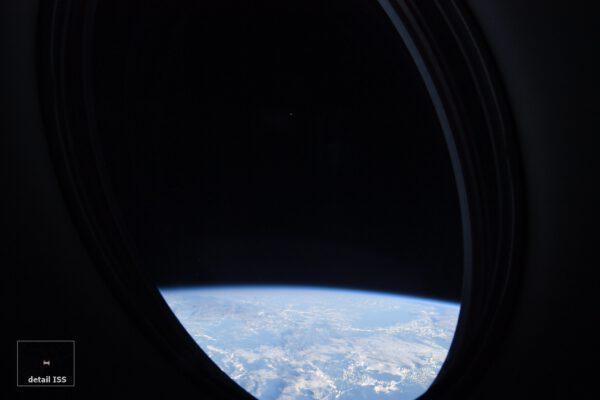 Crew Dragon má dvě opravdu velká okna a když to jde, můžeme se kochat krásně zakulacenou scenérií Země. Ale snímek ukazuje víc, ta malá tečka nad modrou planetou je ISS, ještě několik desítek kilometrů od nás! Náš cíl, jasně osvětlený Sluncem, vypadá jako malý hymzák, přitom má přes 70 metrů rozpětí. Opět jeden ze šťastných okamžiků k fotografování, když jsem zrovna koukl z okna. Zdroj: flickr.com