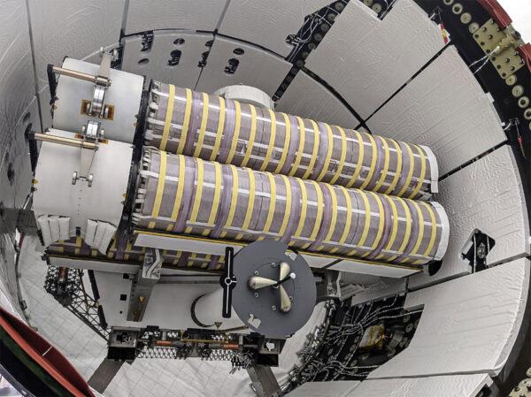 Nové panely iROSA v trunku lodi Dragon pro misi CRS-22.