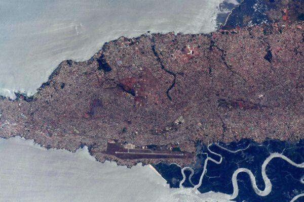 Detailní pohled na letiště a okolí v guinejském Konakry. Zdroj: flickr.com