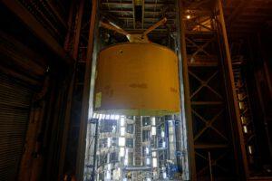 Dopravu astronautů na trase Země-NRHO-Země zajistí kosmická loď Orion a nosná raketa SLS. Motorová sekce centrálního stupně SLS pro Artemis 3 byla 1. dubna v továrně MAF vyzvednuta z buňky G budovy 114. V budově 103 do ní bude integrována tahová struktura pro uchycení motorů RS-25. V květnu budou v MAF zahájeny práce i na centrálním stupni pro Artemis 4.