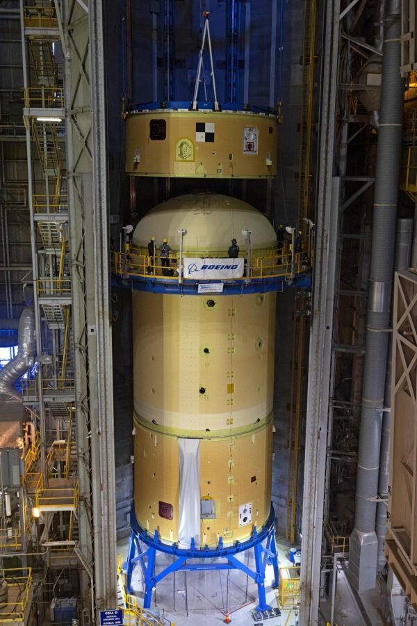 Vznik horní sestavy centrálního stupně SLS pro misi Artemis II.