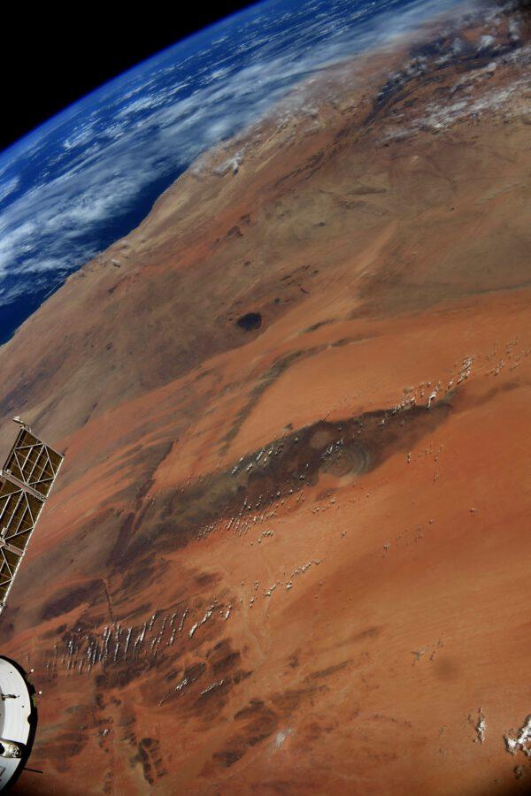 """Opravdovou foto klasikou pro každého astronauta na ISS je kruhová struktura Qalb ar-Rīšāt známá jako """"oko Sahary"""" v Mauretánii. Fotografoval jsem ji detailně už během mise Proxima (https://www.esa.int/ESA_Multimedia/Images/2021/05/Richat_reassembled). Je jednoduché ho spatřit. Má šířku asi 50 km. Zkuste to sami. Pomůže vám, že zde je málokdy zataženo. Zdroj: flickr.com"""